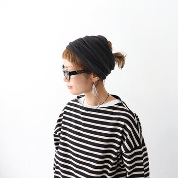 どんな服にも合わせやすい、ベーシックなカラーももちろんあります。ホールガーメントで編まれているので、継ぎ目が無くて突っかかりがありません。