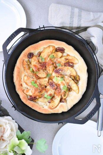 アメリカでは定番のデザートピザをおうちで♪アップルシナモンピザです。リンゴとシナモンの組み合わせは間違いなし!リンゴのフレッシュさとシナモンの芳醇な香りがたまりません。アクセントにナッツを加えて贅沢に仕上げています。スキレットで焼くと均一に熱が入るのでおすすめなのだそう。パーティーにも◎