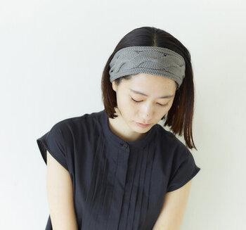 コットンニットでできた、立体的なケーブル編みが美しいヘアターバンもあります。程よいボリュームと主張があるから、シンプルなコーディネートのアクセントになってくれそうです。