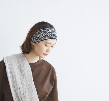 細かなジャガード織りがノスタルジックで印象的なヘアターバンです。ハッと目を引く新鮮さがあって、ヘアターバンならではのコーディネートができそうです。マンネリコーデの打破に一役買ってくれそう。