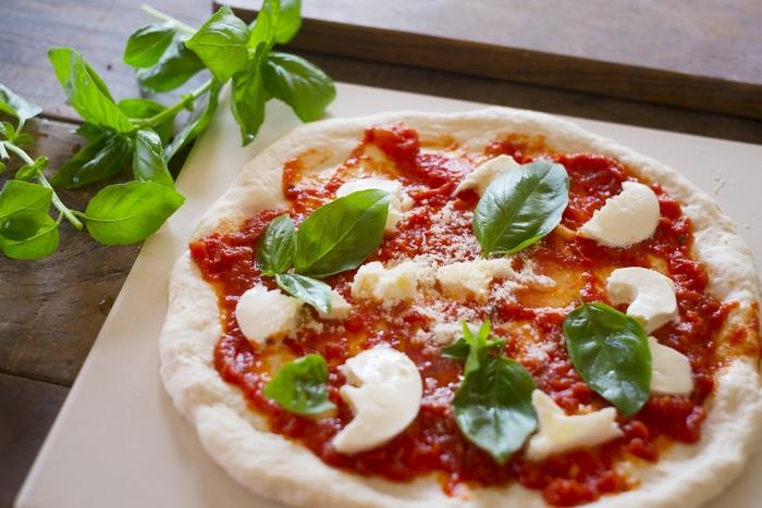 意外と簡単、イベント気分。トッピングで楽しむ簡単「おうちピザ」レシピ