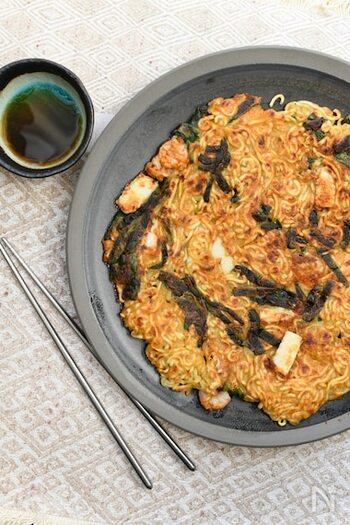 韓国料理の人気メニュー「チヂミ」を辛ラーメンで作ってしまうという大胆なレシピ。外側はカリッと、中はモチっと、食感もしっかり食べ応えがあります。辛味は普通のチヂミよりパンチがあって、なかなかの食べ応え。気取らないお家居酒屋の定番にしたくなります。