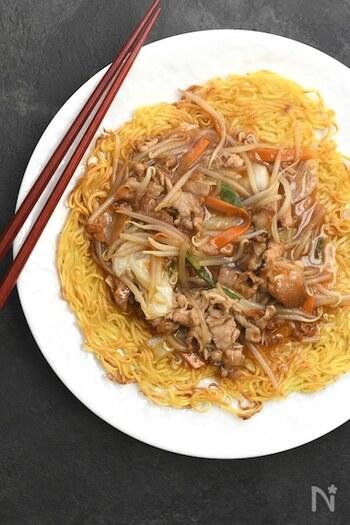 インスタント麺で作るかた焼きそば!パリッと焦げ目もついて、これがなかなか本格的です。具材たっぷりのあんかけを乗せれば、中華料理店で出てきそうな雰囲気です。
