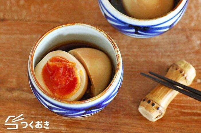 ラーメンに何を乗せたいか?好みは別れるところだと思いますが、人気の上位に上がってきそうなのは、やっぱり煮卵。とろーり半熟にする目安の時間をしっかり覚えておけば、いつでも完璧な仕上がりに。こちらはオイスター風味が旨味たっぷりで美味しい煮卵。ラーメンのトッピングにはもちろん、そのままおつまみにするのも最高ですよ。