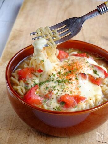 味噌ラーメンにトマト、そしてたっぷりのモッツァレラチーズ。トマトの爽やかさとトロトロ感、なんだかとても贅沢な雰囲気。チーズ好きにはたまらない!思わず顔がほころびそうなスペシャルな一品です。