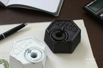 ペンスタンドとペーパーウェイトが一緒になった機能的な「PUEBCO(プエブコ)」のペーパーウェイト。どっしりとして重厚感のあるかっこいいデザインが魅力。小ぶりですが、重量は500gあるので紙もしっかりおさえてくれて安心です。