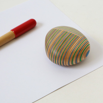 その名の通り、小石のような「PLYWOOD laboratory(プライウッドラボラトリー)」のコイシ。実は木材で作られているのです!北海道産の木材を使用し、丁寧に作られているその様はまさに職人技。美しい断面に描かれたストライプ柄はインテリアにアクセントをプラスしてくれますね。