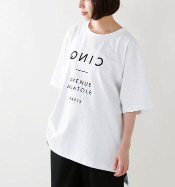 パリの番地をイメージしたロゴが、センスを感じるTシャツ。クルーネックの太めのパイピングがモダンでアクセントに。ビッグシルエットをさらっと着こなしてこなれ感を♪休日コーデの主役になりそう!