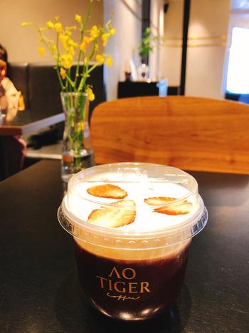 裏原宿エリアにある「AO TIGER COFFEE」では、フルーツ×コーヒーの組み合わせが楽しめます。おすすめは、アメリカンコーヒーに塩味の効いたクリームとくだものをのせた「富士山スノーカバー」。フルーツはイチゴやりんご、パイナップル、バナナの4種類からセレクト可能です。