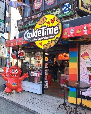 原宿にある「Cookie Time」は、ニュージーランド生まれのクッキー専門店。焼きたてクッキーが有名ですが、シェイクも人気なんですよ。ポップでカラフルな外観が特徴的。