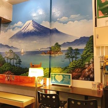 北千住にある銭湯をモチーフにしたカフェ「Sd coffee」は、メディアでもたびたび紹介される人気店。店内には富士山が描かれていたり、桶やのれんがディスプレイされ銭湯気分に浸れますよ。