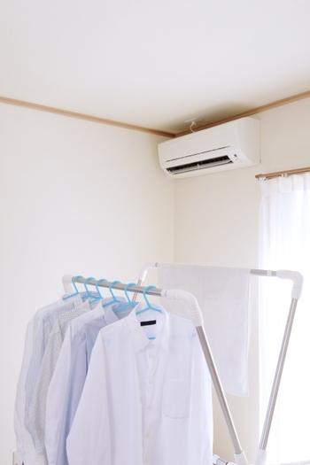 室内干しをする場合、少しでも日が当たるように窓際に干しているという人も多いのではないでしょうか?実は、窓や壁際は空気の通りが悪く湿気がたまりやすいので、部屋干しにはあまり向いていません。室内干しをするときは、洗濯物をなるべく壁から離して部屋の中央に干すようにしましょう。また、高さもなるべく上の方にすると湿気を避けることができます。