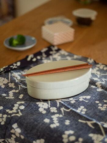 お弁当箱のサイズに合わせて、短めの箸をセレクト。こちらの三角箸はすっきり端正なデザインで、手にすっと馴染み使いやすい。プラスチック箸の掴みづらさはちょっとしたストレス。お気に入りのマイ箸があれば、お弁当タイムがより気持ちいい時間になりますよ。