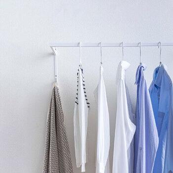 干している洗濯物の間に十分な間隔があると、隙間に空気が流れて乾燥しやすくなります。スペースが不足しがちな室内干しでは洗濯物が密集しやすいですが、洗濯物を小分けにしたり、上下2段になっている物干し竿を使ったりと、干す位置や道具などで工夫して、なるべく間隔を開けた状態で干せるようにするとよいでしょう。