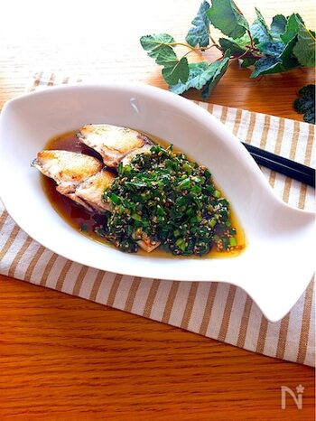 お魚をさっぱり、でも食べ応えある一皿に仕上げてくれる香味にらだれ。おかずとしてはもちろん、ビールとの相性も◎です。お魚は何でもOKなので、季節で手に入るやすいお魚で作ってみてくださいね。
