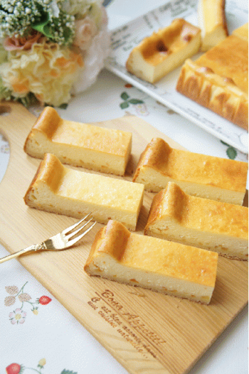 少しのオレンジを入れることで、濃厚なチーズにアクセントをプラス。爽やかなベイクドチーズケーキに仕上がります。 4つの材料を混ぜ合わせるだけの簡単レシピなので、初心者さんにもおすすめです。