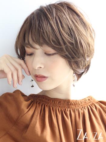 猫っ毛さんはトップがペタンとなりやすいので、トップに動きを出したりふんわりと空気感を与えたりするようなスタイルがおすすめです。スタイリングは、ソフトタイプのワックスで内側から持ち上げるように空気感を出しつつ整えると◎髪を乾かす段階で、ボリュームを出したい部分を立ち上げるように乾かすのがコツです。