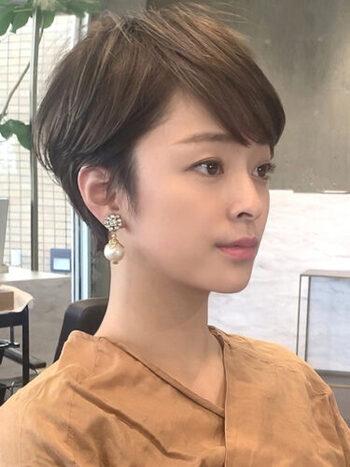毛量が多い人はサイドにボリュームがでやすいので、耳にかけるなどして広がりにくいスタイリングにすると◎前髪に透け感をつくることでも毛量を少なく見せることができます。スタイリングは、しっとり重めのワックスやオイルトリートメントで髪を落ち着かせてあげましょう。