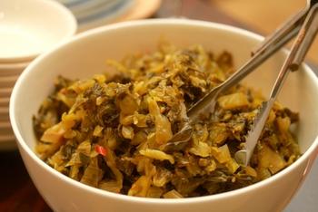 辛子高菜(高菜のごま油炒め)、めんたい高菜など・・・高菜の油炒めと言えば、ご飯のお供の定番!  フレッシュな高菜の葉を炒めるというより、すでに出来上がった高菜漬け(高菜の漬け物)を炒めるレシピが多いです。高菜の歯応え&塩漬けのしょっぱさ、そして、油炒めによって加わるマイルドな旨みがたまりません。  高菜炒めはお酒のおつまみにもぴったり。