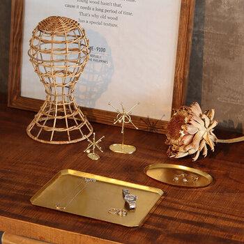 アクセサリーが映える美しいゴールドトレイは、職人さんが一つ一つ手作りしている自信作。大きさ&形の種類も豊富なので、お好きなサイズや形を見つけていくつか一緒に使用しても素敵なインテリアに◎