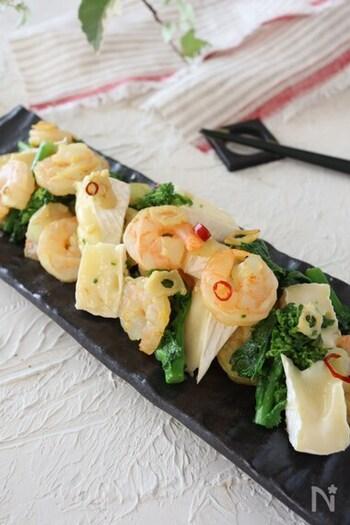 丸ごと1個のカマンベールチーズを12等分して使うレシピです。切れているタイプはさらにカットして使うと良いでしょう。メイン素材はなばなと海老のみなので簡単。ニンニクと鷹の爪のパンチの効いた味わいです。カマンベールチーズは火を止めてから入れるのがコツ♪