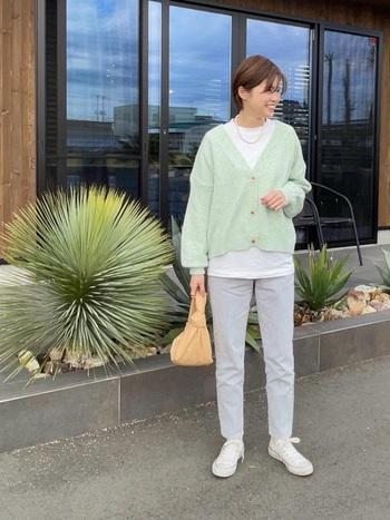 メロンシャーベットのような淡いグリーンのカーディガン。丈が短めなので足長効果が期待できます。インナーに白のTシャツを合わせてレイヤード。ボトムスはライトグレーのデニムパンツ、靴はスニーカーで、爽やかさとメンズライクな印象をプラス。