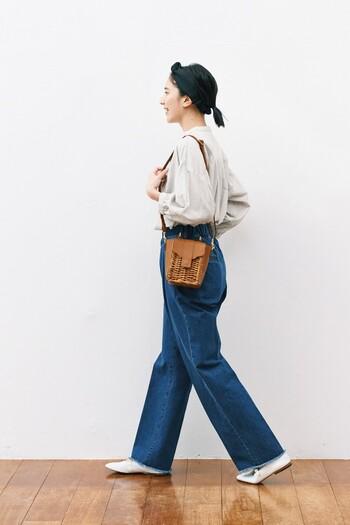 ふんわりスリーブのシャツにワイドシルエットのデニム。そこに、ちょっとノスタルジックなショルダーバッグを合わせて。パリジェンヌのような雰囲気が素敵!