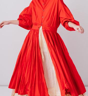 インドの民族衣装で使われる伝統的な手法で作られたボリューミーなギャザーワンピース。スカートにたっぷり布を使い、細かく均一に入る襞の効果で、布に奥行きと陰影を生み出します。緩やかなラインで大きく膨らむ袖も含めて、とてもエレガント。自然と華やかな気持ちになれそうです。