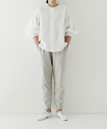 上半身のボリュームとのボトムとのバランス感が絶妙なスタイル。全身白でまとめて、すっきりクリーンな表情も印象的です。