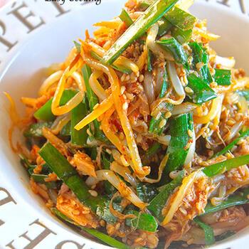 ニラともやしにツナ缶がプラスされたピリ辛ナムルは、箸休めだけどお箸が止まらないレシピ。たっぷり作ってもお財布に優しいのも嬉しいですね。おつまみにもおすすめの一品です。