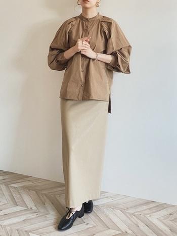ベージュのボリュームスリーブブラウスに同系色のロングタイトスカートを合わせて。大人っぽくレディなスタイルが完成します。