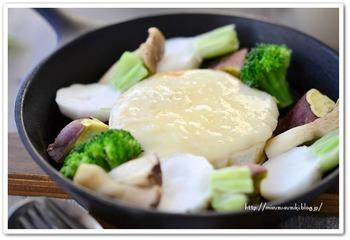 チーズフォンデュ用のお鍋がなくても、スキレットやフライパンがあればできちゃいます。カマンベールチーズを丸ごと1人に1個使った贅沢なレシピです。