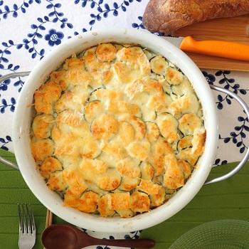 こんがり焼けた様子がとってもおいしそう。ズッキーニをたっぷり使ったヘルシーなグラタンです。ホワイトソースではなく、牛乳や生クリーム、卵などを混ぜたソースを注ぐだけなので簡単。カマンベールチーズは角切りにしてから上にのせましょう。溶けるチーズとダブルで使うのがポイントです。