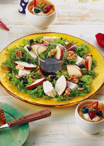 カマンベールチーズレシピに初挑戦の方にもおすすめ。カマンベールチーズをそのまま使うサラダのレシピです。素材との相性が魅力で、こちらは、ローストしたクルミとりんご、ドライクランベリー、レタスを合わせています。ブルーベリージャムとレモン汁を使ったフルーティーなドレッシングとの味わいをぜひお試しください♪