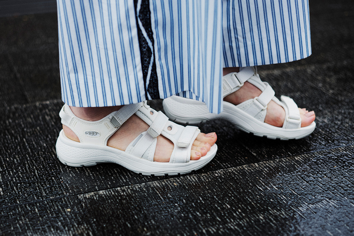 歩きやすい絶妙なヒールと、美しい曲線。女性の足がきれいに見えるよう設計された新コレクション「ASTORIA WEST(アストリア ウエスト)」から、オープントゥサンダルが登場。アッパー部分の3本のストラップは全てが調節可能で、スムーズな着脱とフィット感が叶う1足です。