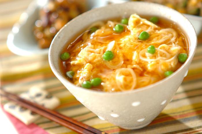 ホタテ缶入りのふわふわ卵焼きに、とろ〜り美味しいあんをかけた、天津飯のような絶品の丼レシピです!食欲をそそるごはんで、たっぷりと卵をいただきましょう。