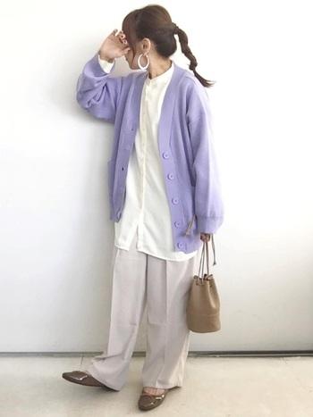すみれの花のような品のある美しさの淡い紫。上下を白のシャツとワイドパンツですっきりまとめることで、紫色のカーディガンが更に引き立って見えます。全体的にふわりとした印象を、ブラウン系で揃えた小物で引き締めて。