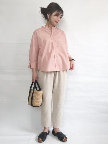 ピンクは他の色よりも余計甘く見えがちですが、ハリ感あるシャツであれば大丈夫。更に白のパンツスタイルでシンプル&爽やかに。小物の黒がふんわりした印象をキリッと引き締めてくれますよ。