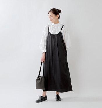 重ねるインナーで印象がグッと変わる黒のキャミソールワンピース。春は白ブラウスや白シャツ、夏は白Tシャツを重ねるなど、多彩なモノトーンコーデを楽しめます。