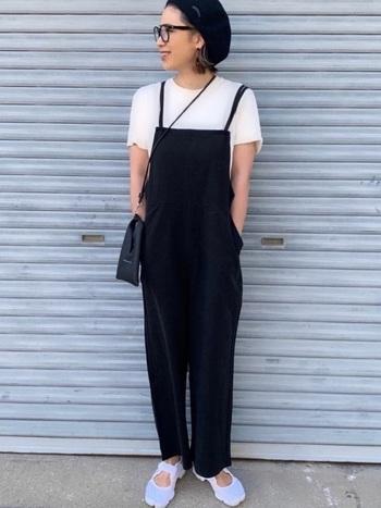白と黒のカラーバランスが絶妙なモノトーンコーデ。黒のサロペットに白Tシャツ、足元も白。その他のバッグやメガネ、帽子は全て黒ですっきりまとめることで、周りと差がつく大人カジュアルスタイルに。