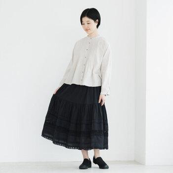 上品な大人フェミニンスタイルを楽しめる黒のティアードスカート。トップスには繊細なピンタックが美しいブラウスを合わせることで、どこかアンティークな雰囲気が漂う、上品コーデが完成!足元はあえてカジュアルでちょっぴり外すのがオシャレ。