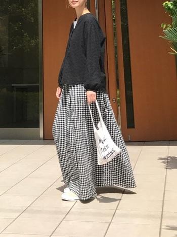 大人可愛いスタイルが叶うギンガムチェックのスカート。トップスに黒ブラウスを着るのであれば、足元やバッグは白を取り入れて、全体のカラーバランスを整えると、より軽やなスタイルに近づきます。