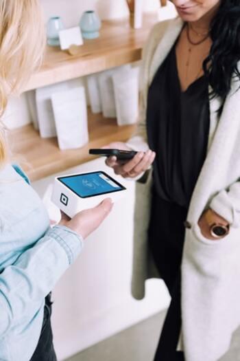 同じ買い物をするのでも、現金で支払うのではなくクレジットカードや電子マネーで支払いをすると、ポイントが貯まってお得になります。 また、電子マネーへのチャージをクレジットカードで行うことで、ポイントの二重取りができる場合もあります。
