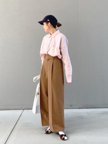 キレイめなシャツ&パンツのスタイリングに、あえてキャップでカジュアルダウンさせたコーデ。大人の休日ファッションとして取り入れたいテクニックですね。