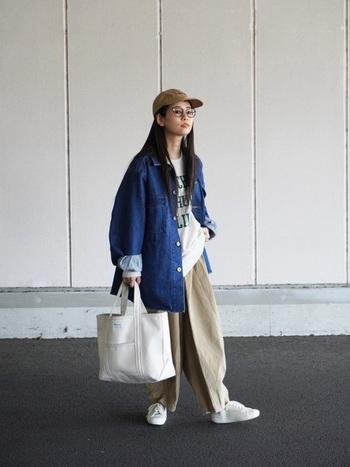 世代を超えてチャレンジしたくなる、ラフなデニム&チノのデイリースタイル。これぞ大人の普段着と言いたくなるバランスの美しさは、オーバーサイズな洋服にコンパクトなキャップを合わせているためです。