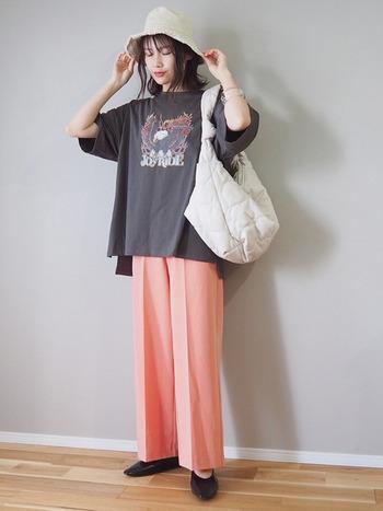 キレイめのパンツとシューズですが、ハットとTシャツにはカジュアルアイテムをプラス。こなれ感のあるデイリースタイルの完成です。ヘビロテしたい旬なスタイリングです。