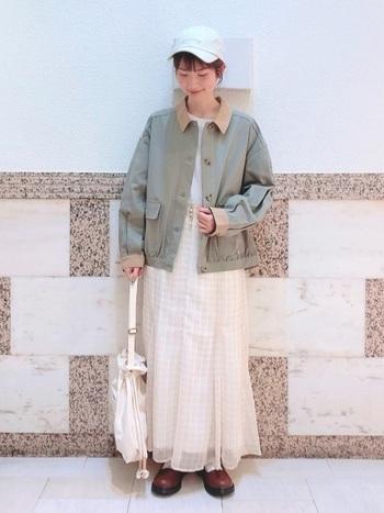 キャップ&ジャケットのワークテイストな組み合わせ。シンプルにデニムと合わせてもいいですが、シフォン素材のスカートを合わせれば、ぐっと可愛らしい雰囲気に変わりますね。