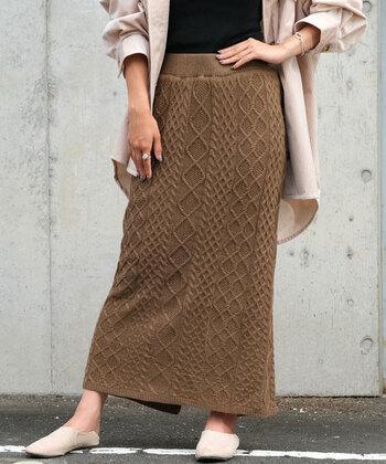 ケーブルニットのタイトスカートは、ロング丈でこれからの季節に大活躍してくれる一枚。ウエストはゴム仕様なので、サッと履きやすい点もポイントです。裾には深めのスリットが入っているので、歩きにくさを感じることもありません。