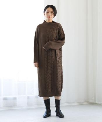 ケーブル編みで切り替えた、アシンメトリーデザインのニットワンピース。ハイネックなので、タートルネックが苦手…という方にもおすすめです。ミモレ丈はブーツと合わせると、ぐっと雰囲気あるコーデに仕上がりますよ。