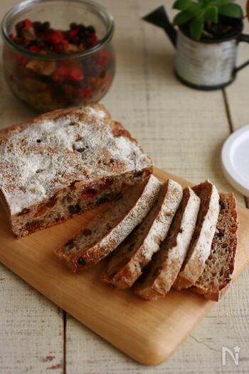 水分が多く生地が扱いにくいリュスティックも、発酵を終えたらスクエア型に入れて焼くだけで作業完了です。成形の必要もないため、朝に焼き上げたりお出かけ前に準備したりなど、忙しいときに作るパンとしてもおすすめ。